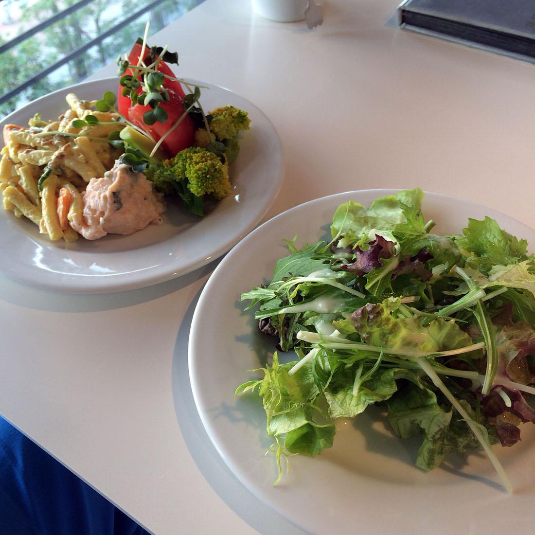 サラダバー二皿