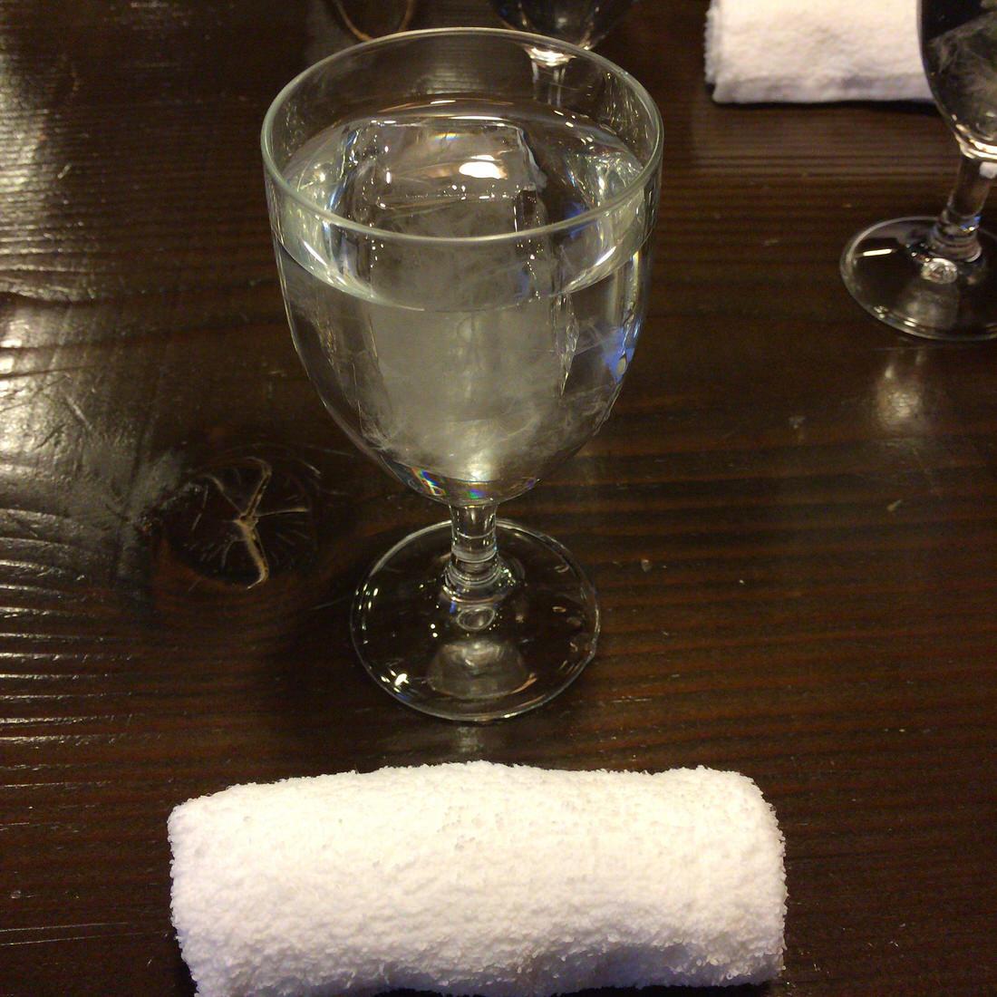 風変里家-テーブル-水