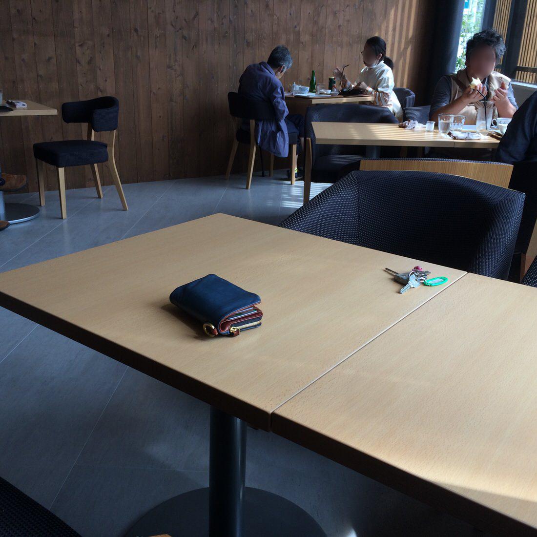 若葉珈琲-店内テーブル